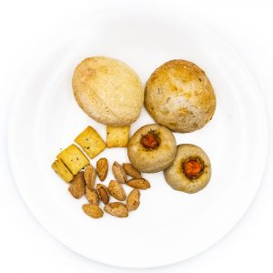 Focaccia, pane ai cereali e semola, taralli, mandorle salate